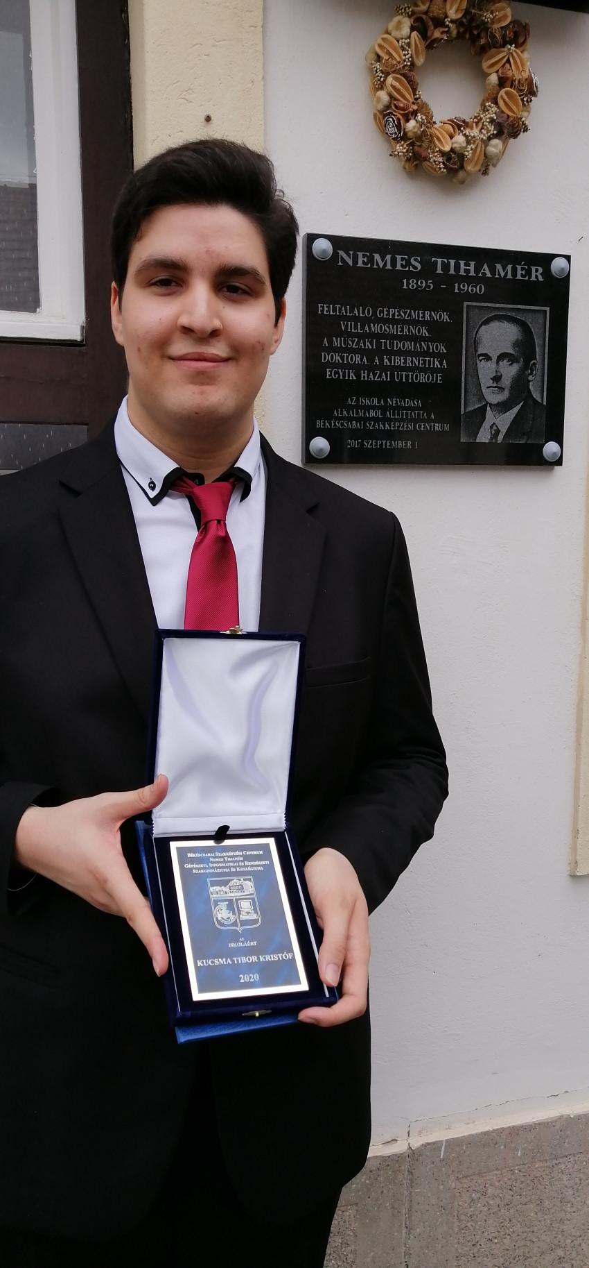 Kucsma Tibor Iskoláért emlékplakett